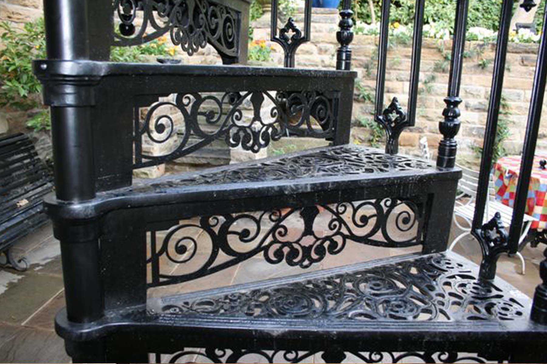 Decorative riser for Victorian spiral staircase